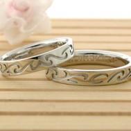 唐草にイニシャルが隠れた結婚指輪