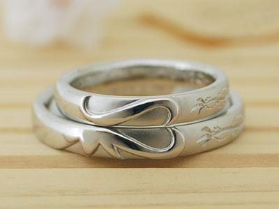 イニシャルと鈴蘭の彫刻結婚指輪