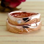 イニシャルをピンクゴールド素材の結婚指輪