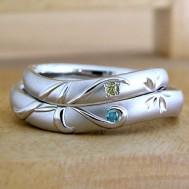 イニシャルとカラーダイヤの結婚指輪