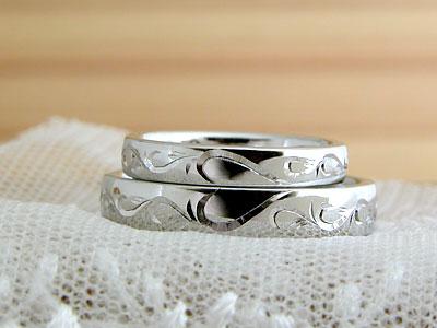 彫刻に隠れたイニシャルの結婚指輪