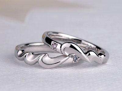Mが波のようなハートになった結婚指輪