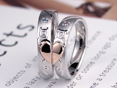 子ブタがハートを抱えた結婚指輪