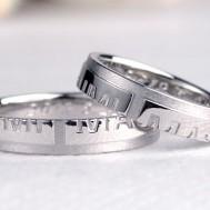 合わせると名前が浮かび上がる十字架の結婚指輪