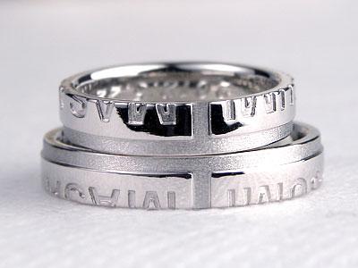 浮かび上がる十字架の結婚指輪