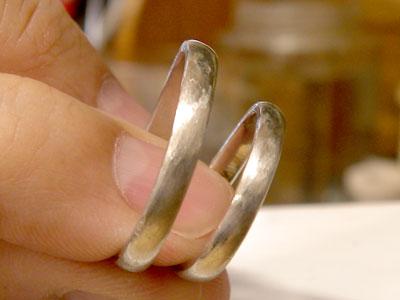 結婚指輪のヤスリ掛け