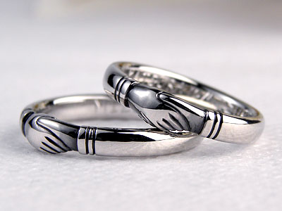 握手している結婚指輪