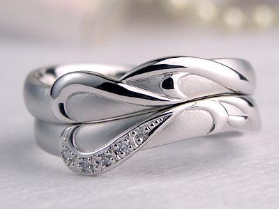 アーティスティックなイニシャル入り結婚指輪