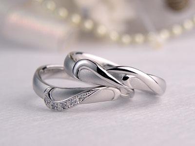アールヌーボーなイニシャル結婚指輪