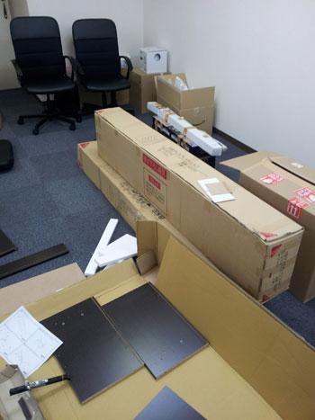 大阪工房で荷物の搬入、組み立て作業