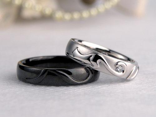 ネコが伸びをする様子の結婚指輪