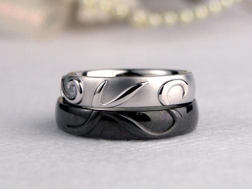 イニシャルが浮かぶブラック結婚指輪