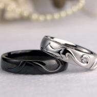 猫とブラックコートの結婚指輪