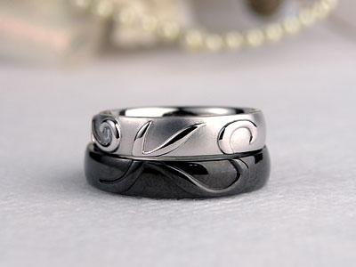 イニシャルが浮かぶ猫とブラックコートの結婚指輪