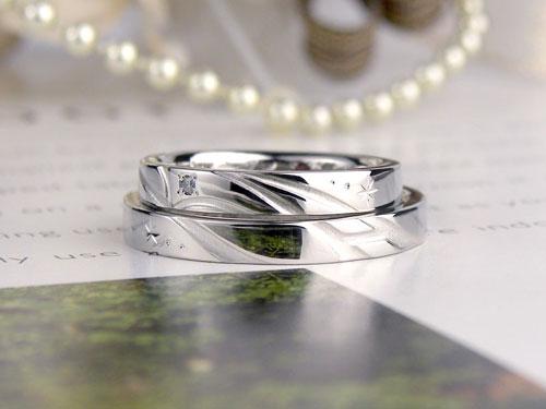 AとKイニシャルが浮かぶ結婚指輪