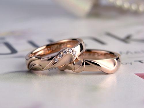 イニシャル重ねるとハートも浮かぶ結婚指輪