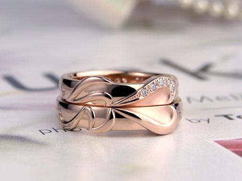 重ねるとイニシャル浮かぶピンクゴールドの結婚指輪
