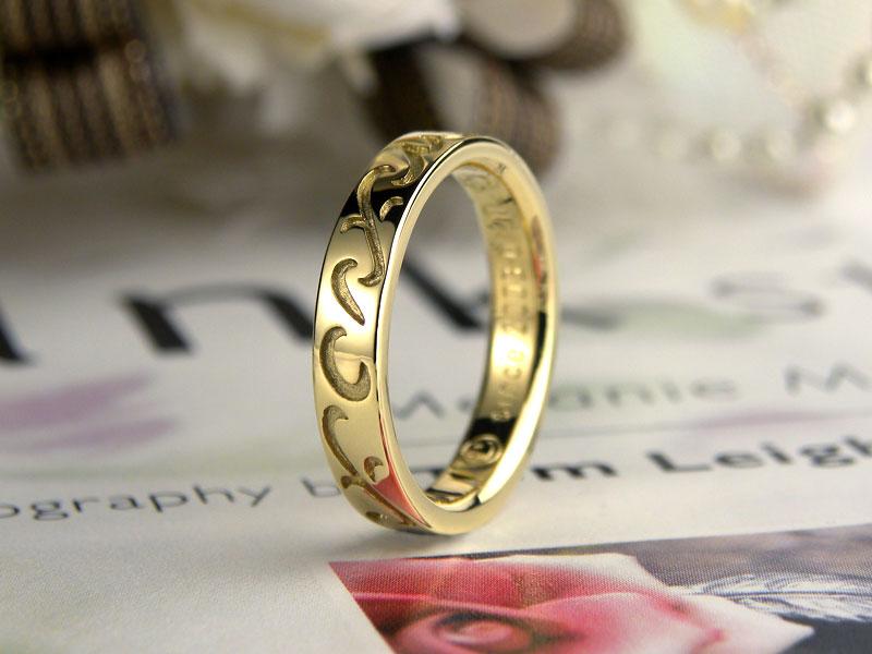 イエローゴールド家族イニシャル結婚指輪